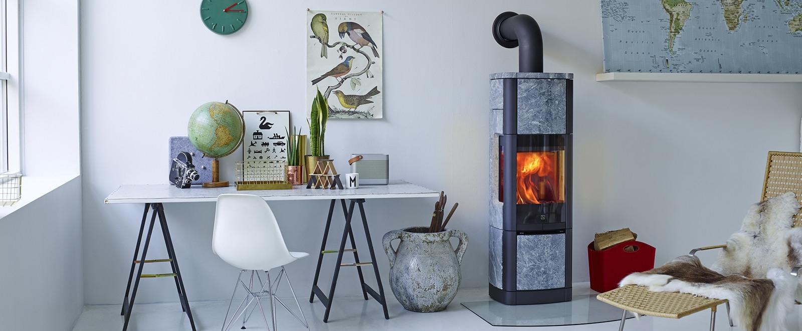 Scan 65-8 høy klebersteinsovn med sideglass og plass til varmeakkumulerende stein skaper lun stemining i moderne hjem.