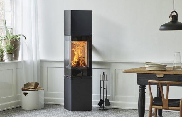 Scan 80-3 og 3C er en høyreist peisovn i sort lakk med buet glass og mulighet for varmelagring i toppen. Den har et moderne uttrykk som innbyr til peiskos.