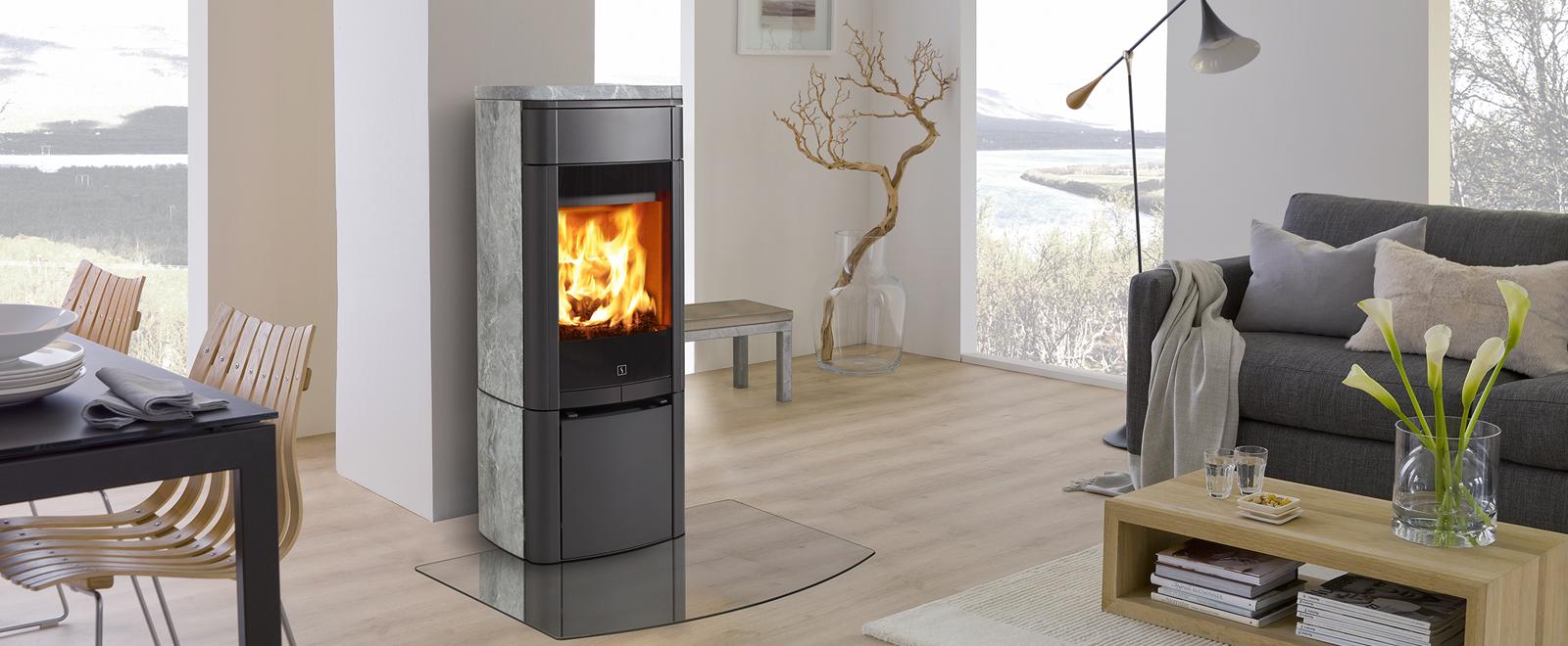 Scan 65-3 peisovn med kleberstein er et vakkert møbel i rommet. Kleberstein gir lun og behagelig varme.